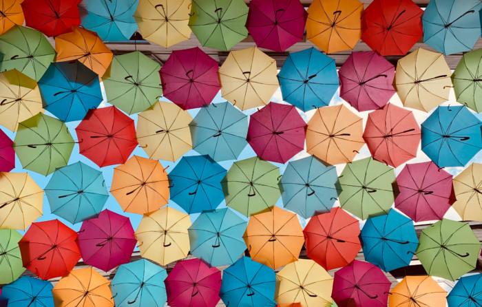 Bunte Regenschirme am Himmel