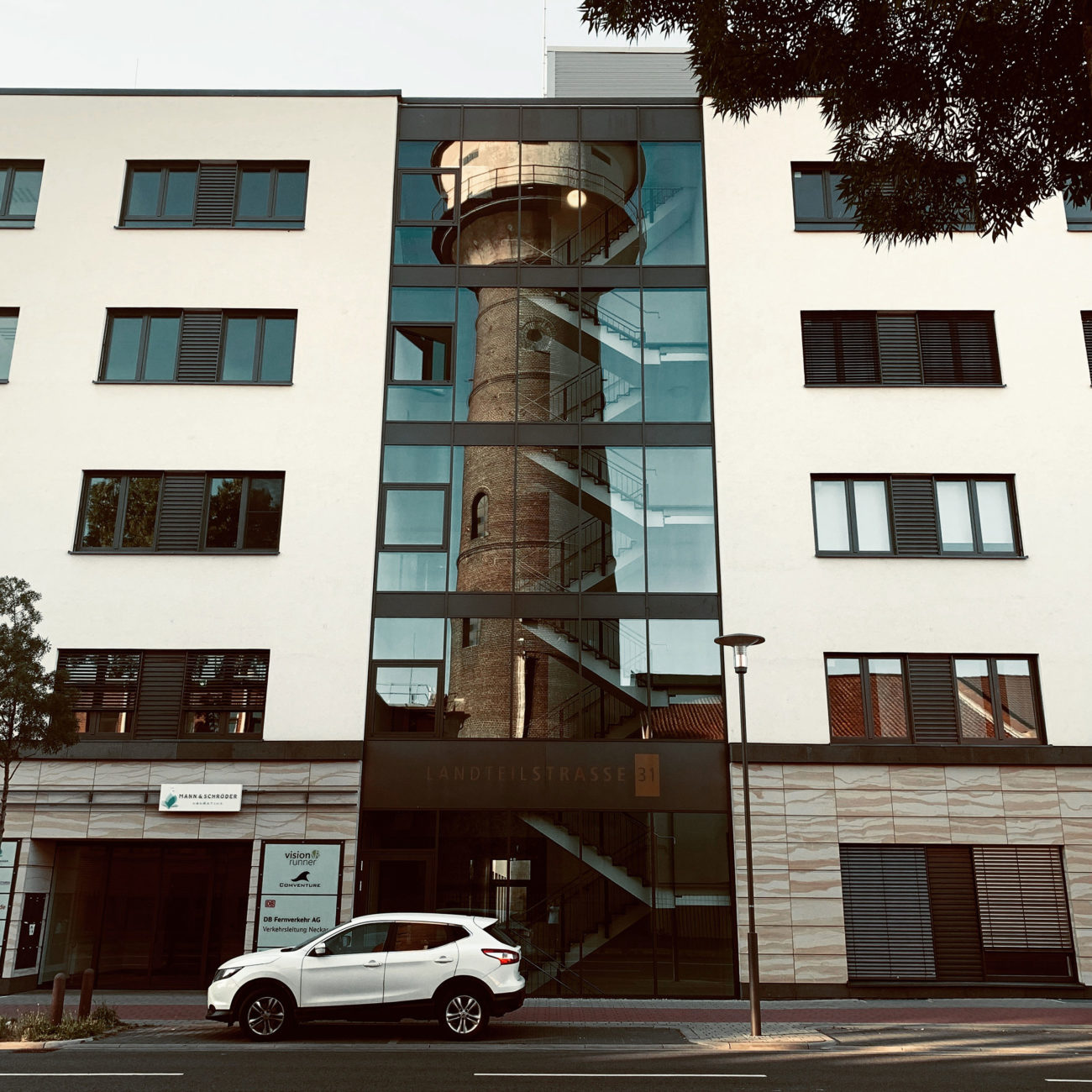 Gespiegelter Wasserturm John Deere Mannheim