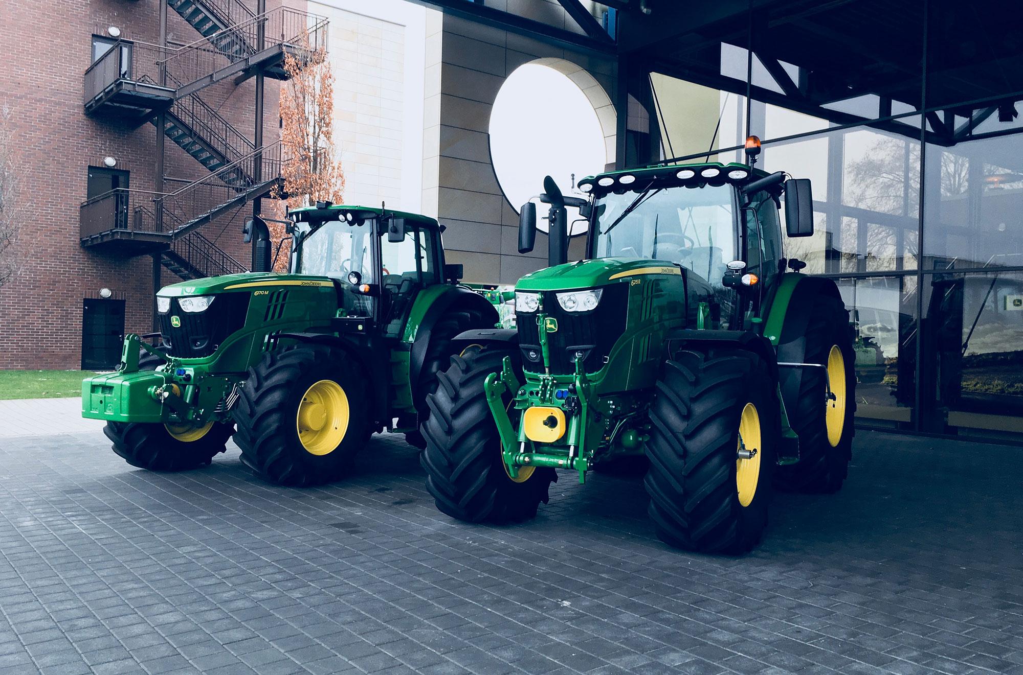 Zwei Traktoren vor dem John Deere Forum in Mannheim.