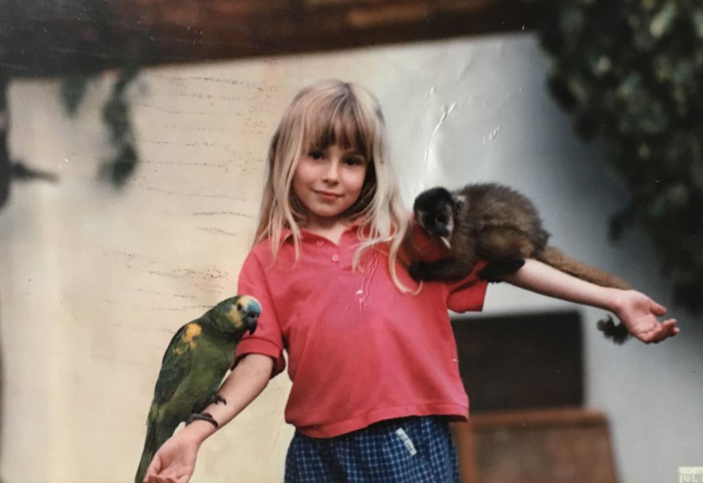 Christina mit Affe und Papagei
